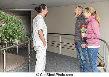 manlig, sköta, med, två, besökare, in, a, korridor