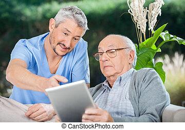 manlig, sköta, visande, något, till, äldre bemanna, på, digital tablet