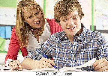 manlig, tonårig, student, studera, in, klassrum, med, lärare