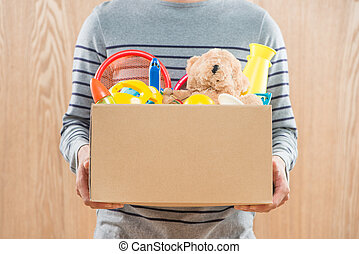manlig, volontär, holdingen, gåva boxa, med, gammal, toys.