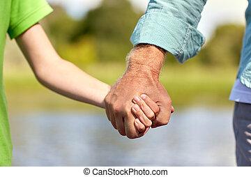 mann, älter, hände, haltend kind