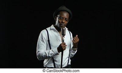 mann, afrikanischer amerikaner, musiker, singende, in, a, aufnahme, studio., schwarzer hintergrund