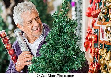 mann, anschauen, weihnachtsbaum, in, kaufmannsladen