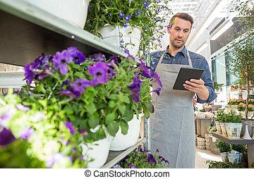 mann, arbeiter, gebrauchend, digital tablette, in, floristik