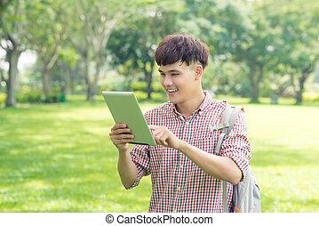 mann, asiatisch, schueler, gebrauchend, digital tablette, park