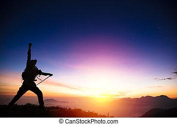 mann, auf, der, berg, und, aufpassen, sonnenaufgang