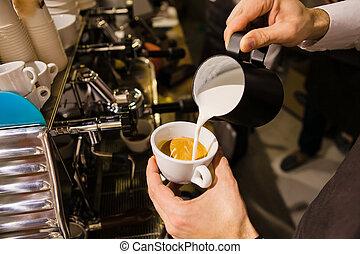 mann, auslaufende milch, in, bohnenkaffee, machen, espresso.