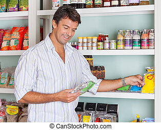 mann, auswählen, lebensmittel, pakete, in, kaufmannsladen