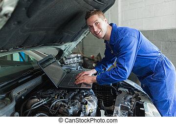 mann, auto mechaniker, laptop benutzend