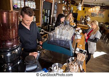 mann, barmann, arbeiten, bankschalter, während, weibliche , kollege, dienst, bohnenkaffee, zu, kunde