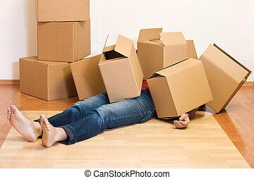 mann, bedeckt, in, pappkartons, -, bewegen, begriff