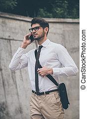 mann, bleiben, telefon, beweglich, gehen, junger, sprechende , während, anywhere., draußen, berühren, sicher, brille