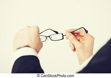 mann, brille, halten hände