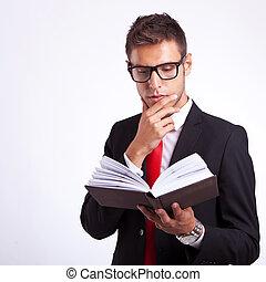 mann, buch, nachdenklich, geschaeftswelt, lesende