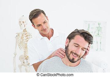 mann, chiropraktiker, machen, hals, einstellung