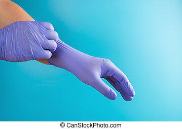 mann, chirurgische handschuhe, latex, tragen