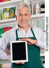 mann, eigentümer, ausstellung, digital tablette, in, kaufmannsladen