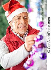 mann, eigentümer, dekorieren weihnachtsbaum, an, kaufmannsladen