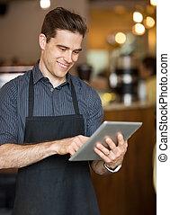 mann, eigentümer, gebrauchend, digital tablette, in, cafeteria