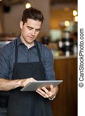 mann, eigentümer, gebrauchend, digital tablette