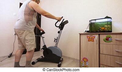 mann, engagiert, auf, üben fahrrad, in, zimmer