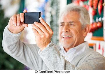 mann, fotografieren, in, weihnachten, kaufmannsladen