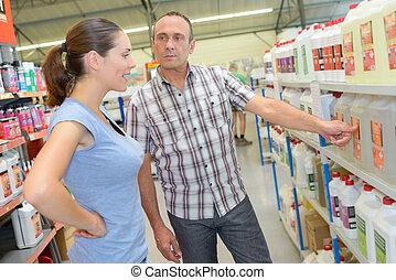 mann frau, anschauen, produkte, in, baumarkt