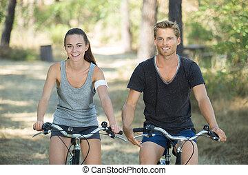 mann frau, auf, der, fahrräder