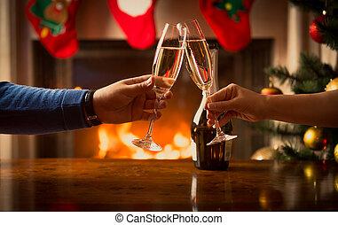 mann frau, hände, klirren, mit, gläser champagner, an, wohnzimmer, dekoriert, für, weihnachten