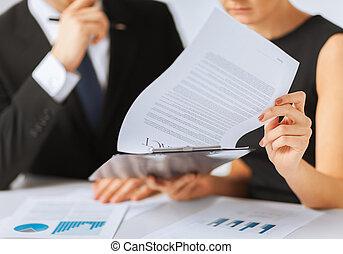 mann frau, unterzeichnender vertrag, papier