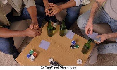 mann, friends, karten, lächeln, daheim, spielende