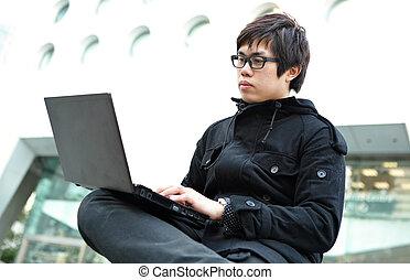 mann, gebrauchend, a, laptop, draußen