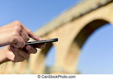 mann, gebrauchend, a, smartphone, draußen