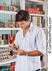 mann, gebrauchend, tablette, in, kaufmannsladen