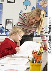 mann, grundschule, schüler, und, lehrer, arbeiten schreibtisch, in, klassenzimmer