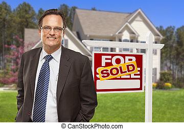 mann, grundstücksmakler, vor, verkauften zeichen, und, haus