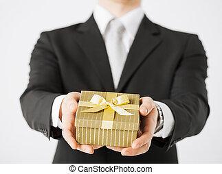 mann, hände, besitz, geschenkschachtel