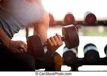 mann, hand holding, hantel, übung, in, gym., fitness, muskulös, koerper, mit, satz, von, schwarz, gewichte, turnhalle, hintergrund., übung, und, gesunder lebensstil, concept.