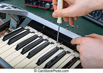 mann, hand, reparieren, midi, tastatur, controller.