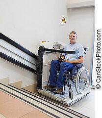 mann, in, ein, invalide, stuhl, spaziergänge, oben, auf,...