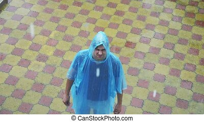 mann, in, regenmantel, an, der, rain., 4k, langsam, motion.,...