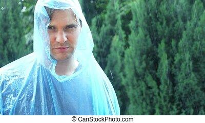 mann, in, regenmantel, an, der, rain., 4k, langsam, motion.