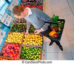 mann, in, supermarkt, kaufen, fruechte