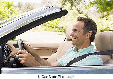 mann, in, umwandelbares auto, lächeln