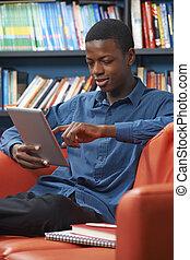 mann, jugendlich, schueler, gebrauchend, digital tablette, in, buchausleihe