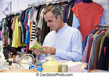 mann, käufer, in, sparsamkeit geschäft, anschauen, verzierungen