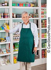 mann, kaufmannsladen, eigentümer, gesturing, in, supermarkt