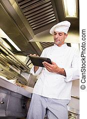 mann, koch, gebrauchend, digital tablette, in, kueche
