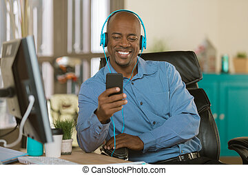 mann, kopfhörer, zuhören, geschaeftswelt, kreativ