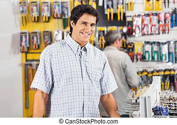 mann, kunde, kaufen, werkzeuge, an, baumarkt